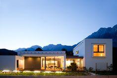 Einfamilienhaus in Telfs - Tirol:  150 m² | Holzbau | Passivhaus| ⓒ Planung: Melis + Melis | Architekturbüro. Mehr Informationen finden Sie auf unsere website melisplusmelis.com Bungalows, Atrium, Hall In Tirol, Mansions, House Styles, Home Decor, Terrace, Porch Roof, Open Living Area