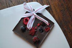 Jouluinen raakasuklaa Raw Chocolate, Strawberry, Gift Wrapping, Treats, Candy, Baking, Fruit, Sweet, Gifts