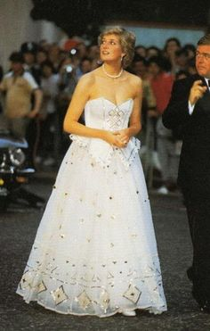 Diana, Princess of Wales, arriving at the Leicester Square world premiere of James Bond film 'The Living Daylights'. Diana reminds me of Cinderella here. Princess Diana Dresses, Princess Diana Photos, Princess Diana Fashion, Princess Diana Family, Princes Diana, Royal Princess, Prinz Charles, Prinz William, Lady Diana Spencer