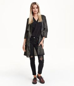 Trenchcoat in airy woven fabric with a printed pattern. Long sleeves, loose yoke at front and back, draped lapels, and no buttons. Unlined.