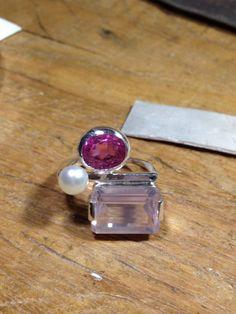 Anel em prata com quartzo rosa, turmalina rosa e pérola