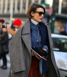 turtleneck street style com camisa jeans styling