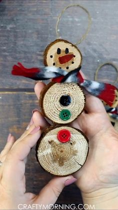 Wood Slice Snowmen Ornaments- fun christmas winter craft for kids to make! Wood Slice Snowmen Ornaments- fun christmas winter craft for kids to make! Cute ornament gifts to make at home. DIY project using wood cookies. Kids Crafts, Winter Crafts For Kids, Crafts For Kids To Make, Kids Diy, Decor Crafts, Toddler Crafts, Winter Wood Crafts, Diy Gifts For Kids, Winter Kids