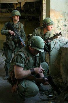 Afbeeldingsresultaat voor us marine uniform vietnam Military Weapons, Military Art, Military History, Vietnam History, Vietnam War Photos, Famous Marines, Good Morning Vietnam, Military Drawings, Military Pictures