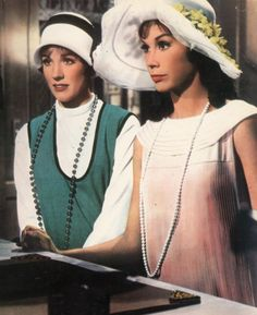 Julie Andrews and Mary Tyler Moore in Thoroughly Modern Millie George Roy Hill, Costume Français, Mary Tyler Moore, Julie Andrews, Vintage Hollywood, Classic Hollywood, Roaring Twenties, Light Of My Life, Great Movies