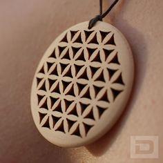 Blume des Lebens Anhänger mit Band – Holz Zirbenholz Zirbe Amulett Glücksbringer