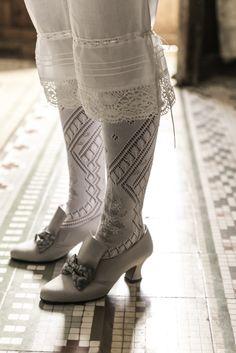 Indumentat La Goya. Totem Audiovisuales 18th Century Clothing, 18th Century Fashion, Historical Costume, Historical Clothing, 1800s Dresses, Costume Carnaval, Victorian Shoes, Lady Stockings, Vintage Lingerie