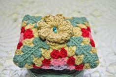 Acerico. http://tildepatch.blogspot.com.es/2015/02/pin-cushion-granny-crochet-square.html