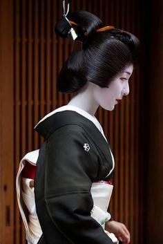 Geisha Japan, Geisha Art, Japanese Geisha, Kyoto Japan, Japanese Beauty, Japanese Kimono, Japanese Hair, Hiroshi Yoshida, Art Japonais