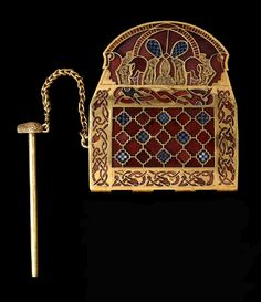 Sutton Hoo -- Anglo-Saxon Shoulder Clasp -- Late Centuries -- Gold, millefiori glass & garnet cells -- Belonging to the British Museum, London. Medieval Jewelry, Viking Jewelry, Ancient Jewelry, Medieval Art, Antique Jewelry, Anglo Saxão, Anglo Saxon History, British History, Sutton Hoo