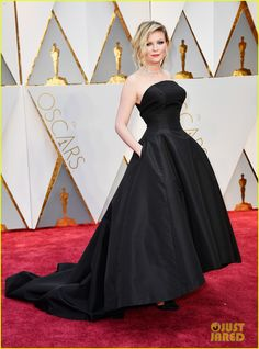 Kirsten Dunst Goes Classic in Black for Oscars 2017