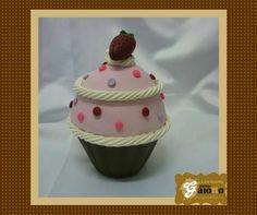 Cup cake cenográfico para a decoração da sua festa! Confeccionado em biscuit/porcelana fria. www.facebook.com/gaiotto.atelier http://agaiotto.blogspot.com/ atelier.gaiotto@gmail.com F: (19) 3012-3588