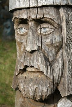 Community about Norse Mythology, Asatrú and Vikings. Chainsaw Wood Carving, Wood Carving Faces, Dremel Wood Carving, Tree Carving, Wood Carving Art, Tiki Statues, Forest Art, Viking Art, Wood Tree