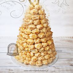 18BW  Tort Croquembouche ptysiowa piramida z karmelowymi nitkami. Croquembouche - a tower of cream-filled, caramel-dipped profiteroles. The traditional French wedding cake.