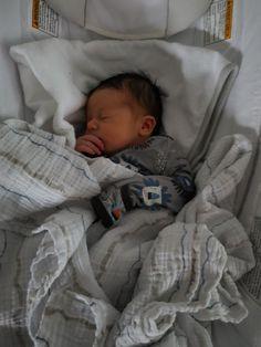 Baby Boy Pictures, Newborn Baby Photos, Cute Baby Videos, Cute Baby Pictures, Baby Boy Newborn, Cute Little Baby, Little Babies, Cute Babies, Baby Tumblr