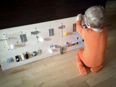 Så er aktivitetsvæggen færdig og min søn er lykkelig! Har du også en aktivt barn, og oplever hvor svært det kan være at komme på nye ideer til aktivering og hjernelegetøj? Kan du godt li at lave gør-det-selv projekter som du kan sætte dit eget præg på, og få din indre opfinder frem? Så vil jeg dele min gør-det-selv guide - Like os på http://facebook.com/ohmybabytips :-) #activity #toddler #tumling #aktivering #leg #sjov #intelligens #diy #guide #ohmybabytips http://ohmybaby.tips