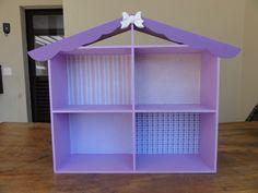 ##MÓVEIS VENDIDOS SEPARADAMENTE## <br>Casa de Boneca <br>Linda casinha com quatro cômodos, ideal para pequenos espaços. <br>Pode ser feita na cor que quiser, com aplicação de tecidos coordenados no fundo. Fica um charme parecendo papel de parede. <br>Para compor a casinha, oferecemos combos de mini móveis, vendidos separadamente. <br>#combo 1: Cama solteiro, criado-mudo com três gavetas fixas e cadeirinha. RS 27,00