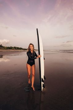 There's something about the effortless chic of surfer girl style that's hard to put your finger on. It's the bare feet, floaty dresses, and sun-kissed blonde surfer hair that spills from wide-brimmed…More Surf Girls, Surf Mode, Photo Surf, Surfergirl Style, Sunset Surf, Vacation Mood, Surfing Pictures, Foto Instagram, Surf Style