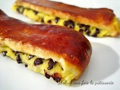 pains suisses (ou brioches suisses) : une pâte à brioche garnie de crème pâtissière et de pépites de chocolat.