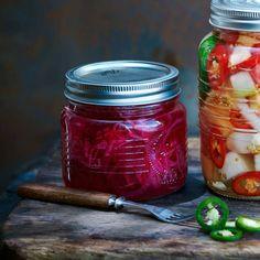 Picklad rödlök – recept Preserves, Mason Jars, Recipies, Food And Drink, Vegetarian, Mad, Recipes, Preserve, Preserving Food