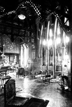 1886-1888.Palacio Güell .Sala de Confianza (fotografía de 1890).Del mobiliario destaca un sofá-escaño de alabastro y brocatel diseñado por Gaudí,