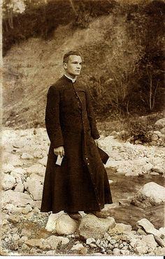 Inspiration for Claudio De Fiore. The cassock, an item of clerical clothing, is an ankle-length robe worn by clerics of the Roman Catholic Church. It was the common daily wear around the Holy Priest, Catholic Priest, Roman Catholic, Priest Outfit, Religion, Cleric, Godly Man, Christianity, Victorian