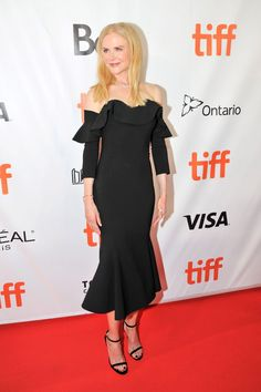 Nicole Kidman at TIFF 2017 : It's an unconventional neckline,sure, but I still love this black, off-the-shoulder Oscar de la Renta dress that she finished off with matching shoes and a simple necklace. It's pretty! Nicole Kidman Style, Christian Dior Dress, Valentino Dress, 21st Dresses, Celebrity Red Carpet, Hollywood Glamour, Red Carpet Fashion, Looking Stunning, Her Style