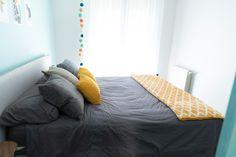 Dormitorio decorado en tonos gris y mostaza. Manta con estampado geométrico de HomebyFama y cojines a juego. Bed, Table, Furniture, Home Decor, Gray Decor, Geometric Prints, Bed Feet, Headboards, Bed Covers