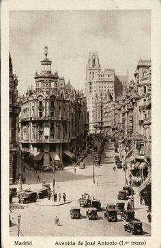 Imágenes del viejo Madrid. Gran Vía. Decada de 1940. Retro Pictures, Old Pictures, Vintage Architecture, Architecture Details, Vintage Photographs, Vintage Photos, Foto Madrid, Flatiron Building, Belle Epoque
