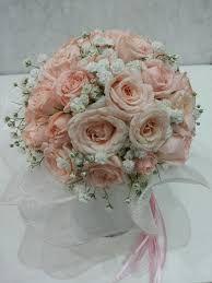 Risultati immagini per fiori in chiesa matrimonio rose bianche e panna
