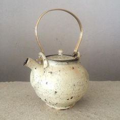 工藤和彦作 シラカバホワイト土瓶  北海道の白樺を燃やしてできた灰を釉薬にしています。白樺の雰囲気をなぜか感じます。真鍮の取っ手とシラカバホワイトの取り合わせが爽やかです。  #旭川 #ほうじ茶 #宇治茶 #番茶 #ceramics #北海道 #土瓶 #pot #陶芸 #陶芸家 #うつわ #白樺 #シラカバホワイト #tea #japan #japanese #japanesetea