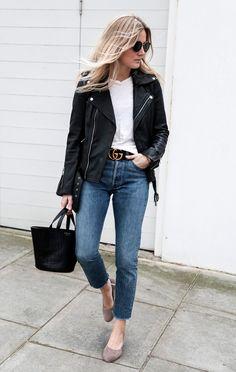 Street style look tshirt, jaqueta couro, jeans e sapato nude.