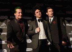 Green Day durante la ceremonia de inducción al Salón de la Fama del Rock el 18 de abril en Cleveland, Ohio. GETTY