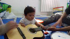 Bebé tocando la guitarra.