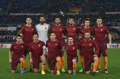 AS Roma players pose for a photograph prior to the UEFA Europa League football match AS Roma vs Villareal, on February 23, 2017 at Rome's Olympic stadium. / AFP / ANDREAS SOLARO