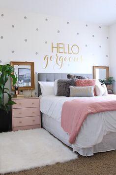 idee deco chambre fille, miroir rectangulaire au cadre en bois, table de chevet peinte en rose pastel avec poignées dorées