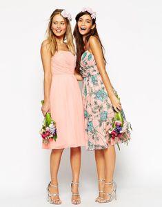 Vestidos cortos uno liso y el otro con estampado de flores para damas de honor