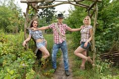 Session 'Farmers daily business'  Photography: Atelier 'et Lux' Set-Assistent: MM Lichtdesign Model: Kathi, Cherryrockz & Michael Visa & Hairstyle: Laura Kumke