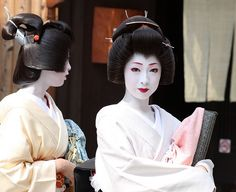 Geisha 芸妓 君香さんと君晴さん Real-life sisters Kimika (right) and Kimiharu (left) are young geiko (geisha) who work in the Miyagawa-cho area of Kyoto, Japan. In Kyoto geisha are known as geiko and trainee geisha are known as maiko.