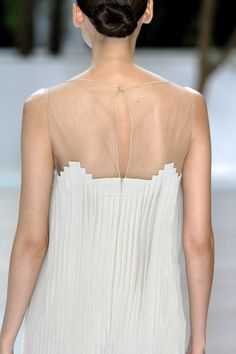 Akris Spring 2009 gorgeous pleated back all white The White Album, High Fashion Dresses, One Shoulder Wedding Dress, Style Me, Runway, College, Passion, Wedding Dresses, Spring