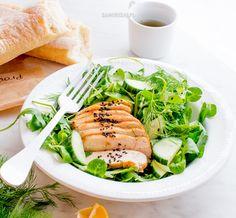 Sałatka z kurczakiem smażonym na pergaminie Salmon Burgers, Tuna, Salads, Fish, Meat, Ethnic Recipes, Pisces, Salad, Chopped Salads