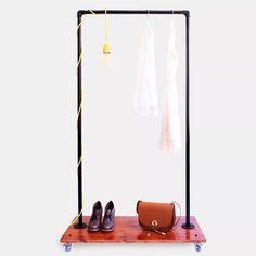 Perchero Exhibidor Diseño Industrial Moderno Caño Y Ruedas - $ 1.500,00 en Mercado Libre