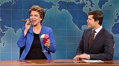 Frame de vídeo em que Maya Rudolph imita a presidente Dilma Rousseff no SNL