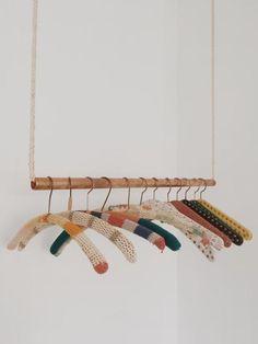 Einrichtungsideen mit DIY-Möbeln The hanging clothes rail is very popular! A simple and cheap DIY id Hanging Clothes Rail, Hanging Rail, Diy Hanging, Diy Rack, Hanger Rack, Rack Design, Store Design, Boutique Interior, Wardrobe Organisation
