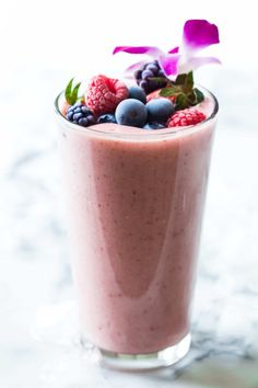 I struggle to eat enough fruit! This Strawberry Smoothie Without Yogurt makes it easy peasy to dump 2 servings of fruit in one go. I know it's better to spread the fruits throughout the day. Strawberry Smoothie Without Yogurt, Strawberry Plant, Smoothie Recipes, Smoothies, Lassi Recipes, Crunches, Eating Plans, The Fresh, Like4like