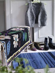 """Herbst / Winter 2013 - Der schöne Teppich """"Näva"""" in Schwarz ist ein echter Eychatcher. Der mit feinen Kettenstichen bestickte Wollteppich hat eine Größe von 90 x 120 cm."""