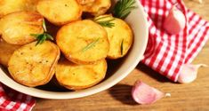 Κοινοποιήστε στο Facebook Οι πατάτες είναι από τις τροφές που τρώμε αρκετά συχνά και μας αρέσουν πολύ. Τις τρώμε σε διάφορες παραλλαγές και σαν συνοδευτικό πολλών πιάτων. Τηγανιτές, φούρνου, βραστές, πουρέ, με κρέας, ψάρι, λαχανικά κ.α. Ακόμα και μόνες τους....