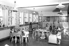 Lamminpään lastentalo 1952.  Naisten yleistyvä työssäkäynti kasvatti päivähoitolasten lukumäärää tasaisesti koko 1950-luvun. Kuvassa lapsia Lamminpään lastentalossa 1952. Kuva: Tampereen museoiden kuva-arkisto.