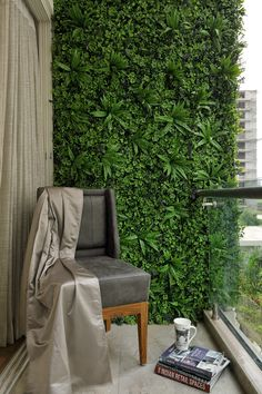 To beautify your workplace or house, vertical gardening is filed with the most novel and outstandingly modern ideas. Those eye-catching, green living walls with colorful flowers impart stylish and mind-blowing chic to the place. Small Balcony Design, Small Balcony Garden, Vertical Garden Design, Small Balcony Decor, Small Space Interior Design, Vertical Gardens, Small Balconies, Apartment Balcony Decorating, Apartment Interior