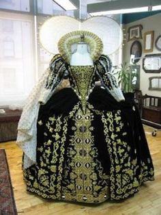 """Tudor Costume — Elizabeth I's Black Gown (""""The Lost Colony"""" at. Elizabethan Costume, Elizabethan Fashion, Tudor Fashion, Elizabethan Era, Renaissance Mode, Renaissance Costume, Renaissance Fashion, Vintage Outfits, Vintage Gowns"""